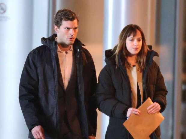 http://p1.trrsf.com/image/fget/cf/67/51/images.terra.com/2013/12/10/amie-dornan-and-actress-dakota-johnson-filming-a-night-scene-on-the-set-of.jpg