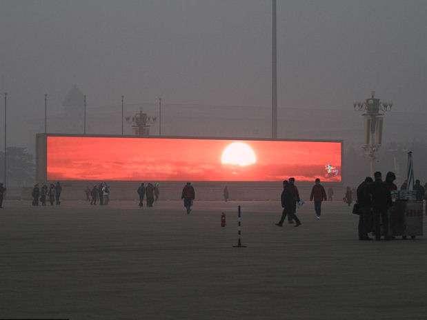 Parece un escenario futurista pero es real: debido a la contaminación en Pekín, el amanecer sólo pudo verse en pantallas gigantescas el jueves 16 de enero. Foto: Getty Images