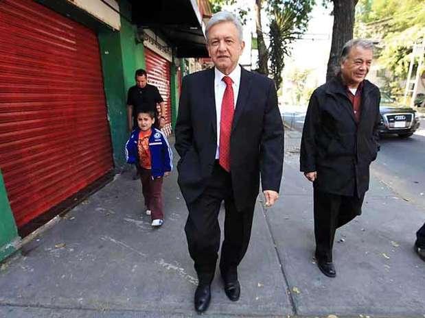 López Obrador a su llegada a la asamblea constitutiva de Morena. Foto: Tomás Martínez / Reforma