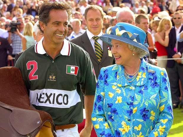 Carlos Gracida fue nueve veces ganador del Abierto de los EE.UU. y cinco años fue el mejor jugador polista en el mundo. Aquí con su majestad la Reina Isabel II de Inglaterra en la Coronation Cup Foto: Divulgación Internet