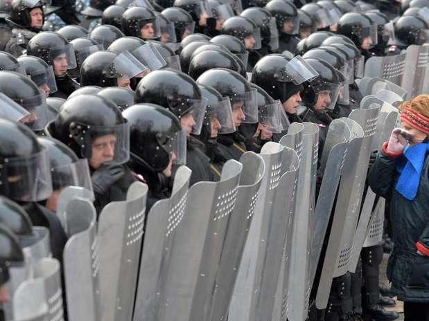 Manifestante frente a policías en Kiev. Foto: AFP