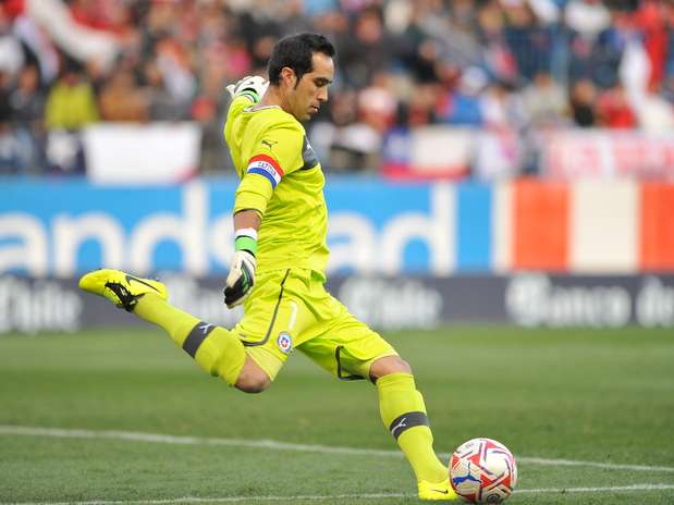 auno303931 Barcelona Sign Chile World Cup Goalkeeper Claudio Bravo