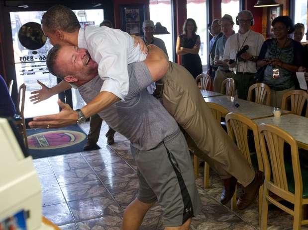 http://p1.trrsf.com/image/fget/cf/67/51/images.terra.com/2012/09/10/obama-abrazo-1.jpg