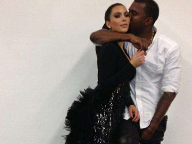 http://p1.trrsf.com/image/fget/cf/67/51/images.terra.com/2013/01/04/kim-kardashian-kanye-west-photographed-first-time-pregnancy-announcement.jpg