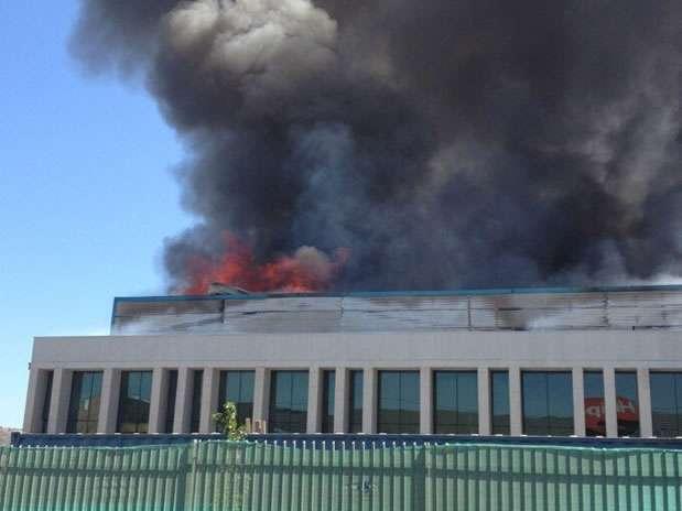 La columna de humo se ve desde distintos puntos de la capital. Foto: Twitter / @Monysoza