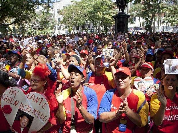 Decenas de chavistas provenientes del estado Guárico (centro) y de Caracas se reunieron en las cercanías del Hospital Militar para cantar y gritar consignas de apoyo a Chávez. Foto: Boris Vergara / EFE en español