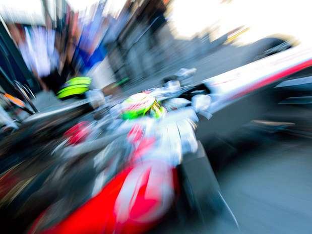 El piloto mexicano de Fórmula Uno, Sergio Pérez, de la escudería Mercedes McLaren, conduce su vehiculo durante una sesión de prácticas para el Gran Premio de Australia de Fórmula Uno en el circuito Albert Park de Melbourne. Foto: Srdjan Suki / EFE