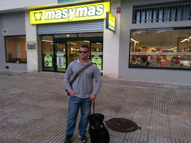 David Casinos, atleta paralímpico español, delante del supermercado que presuntamente le negaba la entrada con su perra-guía Foto: Twitter de David Casinos