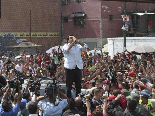 Madurosaluda a sus partidarios a su llegada a un centro electoral en Caracas. Foto: Miguel Angulo / Reuters