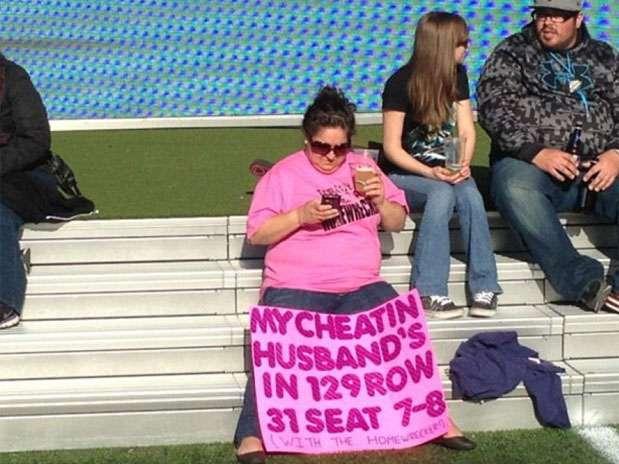 La mujer enseña su curiosa pancarta Foto: Web