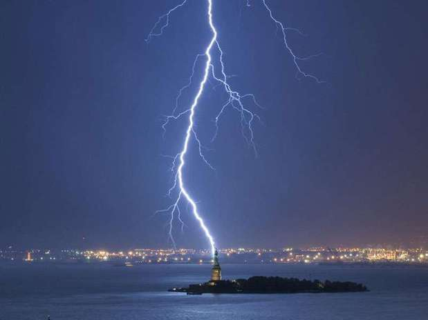 http://p1.trrsf.com/image/fget/cf/67/51/images.terra.com/2013/04/16/2-lightning-strikes-statue-of-liberty-perfect-timing.jpg