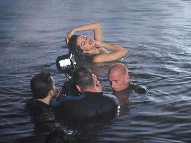 http://p1.trrsf.com/image/fget/cf/67/51/images.terra.com/2013/04/30/selena-gomez-topless-video.jpg