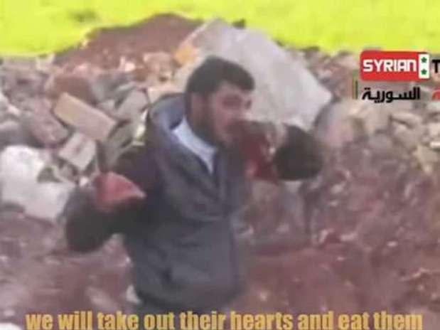 El comandante rebelde mordiendo el corazón de un soldado. Foto: Terra