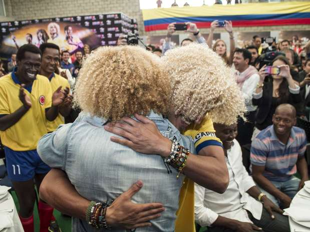 Edgar Vittorino recibió con un gran abrazo al Pibe Valderrama. Foto: David Felipe Rincón / Terra Colombia