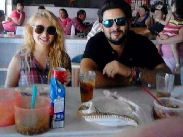 Paulina Rubio y Gerardo Bazúa fueron captados hace días mientras comían en un mercado en Sonora. Foto: Twitter