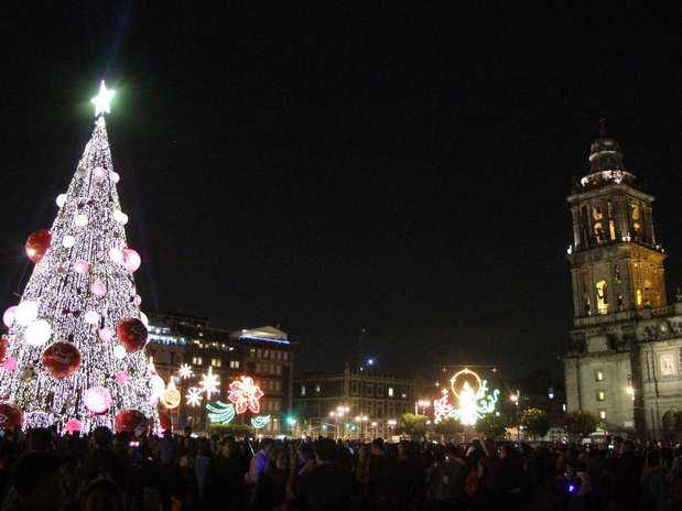 El árbol instalado en el Zócalo mide 40 metros, fue elaborado con follaje tipo natural, 40 mil focos, 200 estrobos, 12 luces robóticas, 13 esferas de 3 metros de diámetro y 20 esferas de 2 metros, además de 200 adornos de copos, espirales, moños y esferas. Foto: Especial