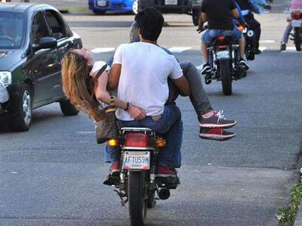 Génesis Carmona fue trasladada a un hospital a bordo de una motocicleta para que fuera atendida de emergencia; las fotos del suceso ya circulan en las redes sociales. Foto: Twitter