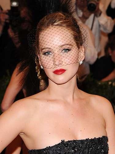 En cuanto a Jennifer Lawrence se inclinó por un dramático y clásico estilo vintage que luce fantástico en ella.