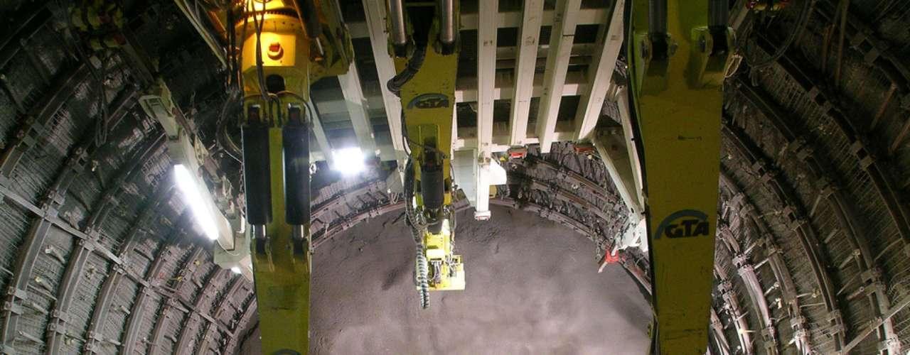 Base Túnel de San Gotardo, Suiza El túnel de base San Gotardo es un túnel ferroviario que se encuentra bajo los Alpes en Suiza. Con una longitud de 57 km, será el túnel ferroviario más largo del mundo. Su fecha de finalización estaba programada para el año 2015, pero problemas surgidos durante la construcción han pospuesto la fecha hasta 2017.