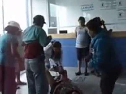 Un video que circula en YouTube muestra el momento en que una mujer da a luz en el piso de la sala de recepción de un hospital en Tehuacán, Puebla. Foto: Tomada de Youtube