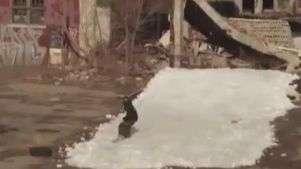 Esquiadores fazem manobras radicais em prédios de Detroit