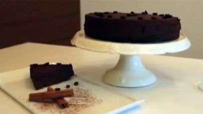 Torta-mousse de chocolate não leva açúcar nem farinha