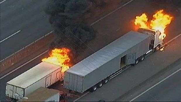 SP: protesto tem veículos queimados e fecha Fernão Dias