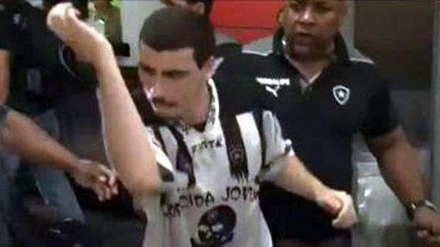 Torcida do Botafogo xinga jogadores no aeroporto; veja