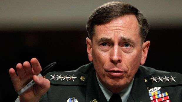 Reclaman respuestas en el caso Petraeus