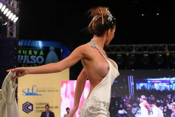 La Foto De Karina Jelinek Desnuda En Desfile Por Un Descuido Es Furor